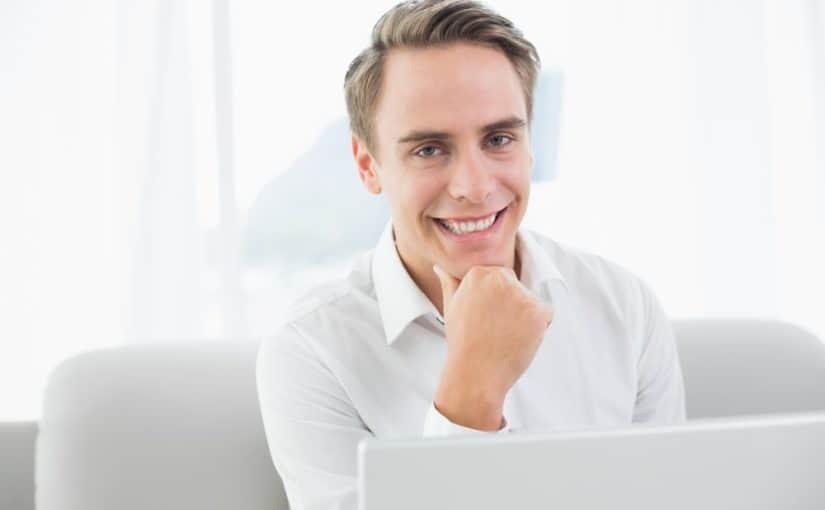 Mand der sidder ved sin computer